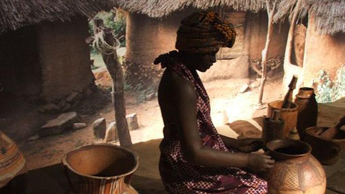 projekt-wystawy-muzeum-etnograficzne-warszawa-kobieta-dzbany